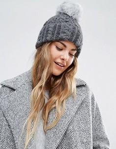 Вязаная шапка-бини с узором косичка и помпоном из искусственного меха Helene Berman - Серый