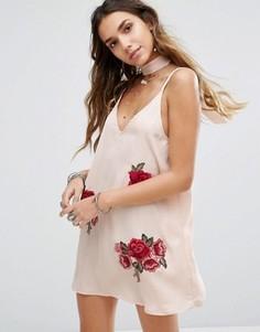 Платье-комбинация с чокером-завязкой и цветочной вышивкой Kiss The Sky - Розовый