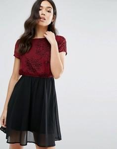 Короткое приталенное платье с цветочным принтом Pussycat London - Красный