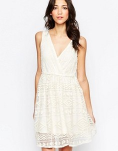 Фактурное приталенное платье с V-образным вырезом Lavand - Белый