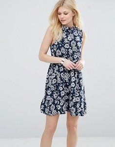 Короткое приталенное платье с высокой горловиной и цветочным принтом Iska - Темно-синий