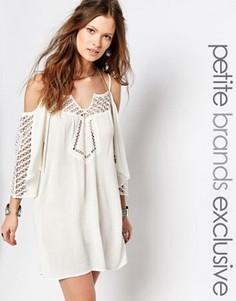 Платье с открытыми плечами и кружевной отделкой Glamorous Petite - Кремовый