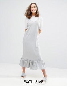 Эксклюзивное платье миди с рюшами по краю Monki - Серый