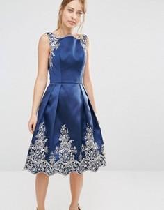 Платье миди с вышивкой и отделкой кромки премиальным кружевом металлик Chi Chi London - Темно-синий