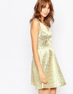 Короткое приталенное платье цвета металлик с декольте Vila - Золотой