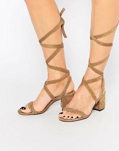 Светло-коричневые замшевые сандалии на каблуке с завязкой Faith Dela - Рыжий