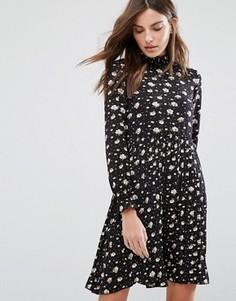 Платье с принтом и высокой горловиной QED London - Черный