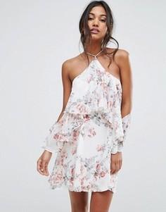 Платье с цветочным принтом с открытыми плечами и оборкой Boohoo - Кремовый