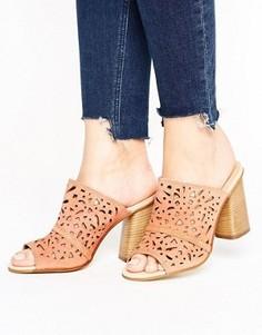 Замшевые сабо телесного цвета на каблуках с вырезами Carvela Kayla - Бежевый