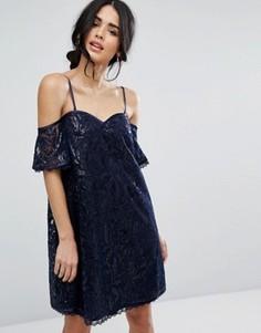Кружевное цельнокройное платье с открытыми плечами Chi Chi London - Темно-синий