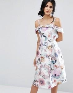 Платье миди из сатина с открытыми плечами и цветочным принтом Chi Chi London - Мульти