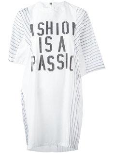 платье-футболка с принтом-слоганом Sacai