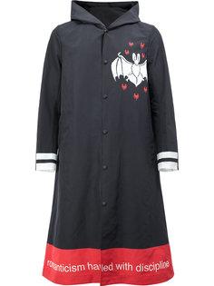 пальто с капюшоном и принтом летучей мыши Undercover