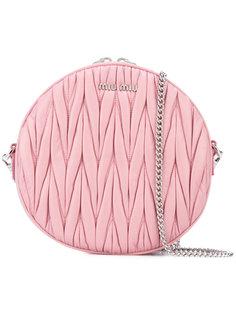 круглая сумка через плечо с тисненым узором Miu Miu