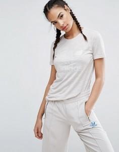 Бежевая приталенная футболка с логотипом-трилистником в тон adidas Originals Nyc - Бежевый