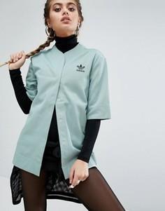 Свободная футболка в тонкую полоску на пуговицах adidas Originals - Зеленый