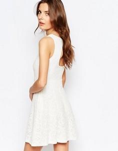 Короткое приталенное платье из кружева с открытой спиной Vila - Белый