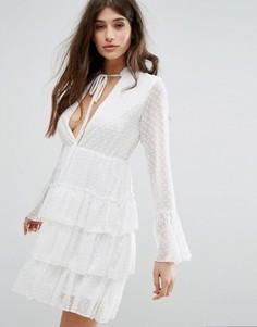 Короткое приталенное платье в горошек добби с ярусными оборками Boohoo - Белый