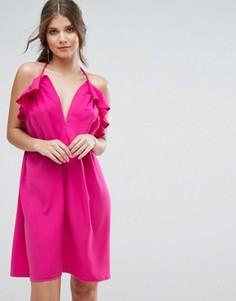 Платье с глубоким вырезом, рюшами и завязкой на шее Boohoo - Розовый