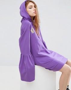 Платье с капюшоном, расклешенными рукавами и контрастным принтом ASOS - Фиолетовый