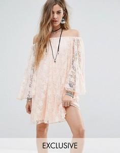 Кружевное свободное платье с открытыми плечами Reclaimed Vintage Inspired - Розовый
