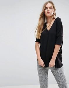 Oversize-футболка в рубчик с V-образным вырезом и удлиненным краем ASOS - Черный