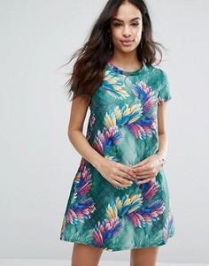 Стеганое приталенное платье с тропическим принтом Traffic People - Мульти
