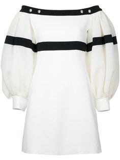 платье с открытыми плечами и свободными рукавами David Koma