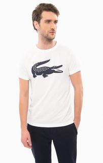Белая футболка с логотипом бренда Lacoste