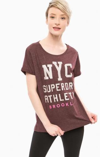 Фиолетовая футболка с контрастным принтом