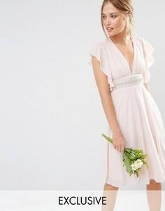 Платье миди с декорированной талией и расклешенными рукавами TFNC WEDDING - Розовый