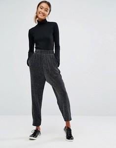 Блестящие узкие брюки Monki - Черный