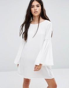 Цельнокройное платье с расклешенными рукавами Pixie & Diamond - Кремовый