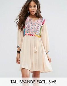 Свободное платье с вышивкой и помпонами Glamorous Tall - Кремовый