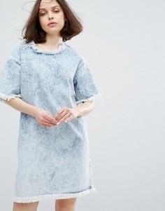 Джинсовое платье с эффектом кислотной стирки Monki - Синий