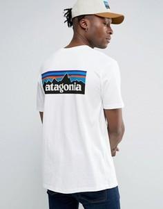 Белая футболка классического кроя с логотипом на спине Patagonia P-6 - Белый