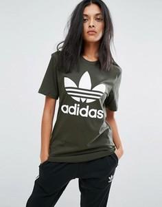 Футболка бойфренда цвета хаки с логотипом-трилистником adidas Originals - Зеленый