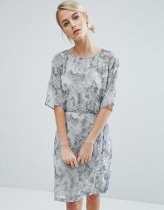 Платье с мраморным принтом и поясом Storm & Marie Edit - Белый