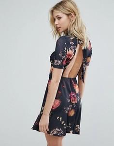 Чайное платье с цветочным принтом и открытой спиной Oh My Love - Черный