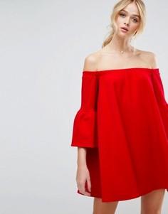 Платье с открытыми плечами и рукавами клеш ASOS - Красный