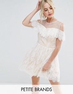Кружевное платье мини для выпускного с открытыми плечами Chi Chi London Petite - Кремовый