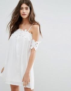 Свободное платье с открытыми плечами и кружевной аппликацией Boohoo - Белый