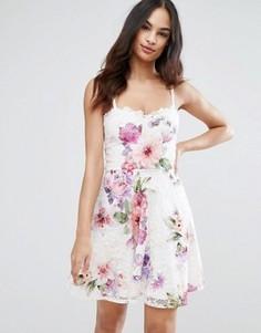 Короткое приталенное платье из кружева с принтом Michelle Keegan Loves Lipsy - Мульти