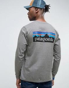 Серый меланжевый лонгслив классического кроя с логотипом на спине Patagonia P-6 - Серый