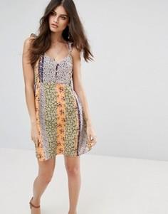 Короткое приталенное платье с цветочным принтом Vero Moda - Белый
