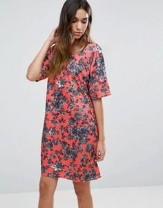 Короткое приталенное платье с цветочным принтом Girls On Film - Розовый