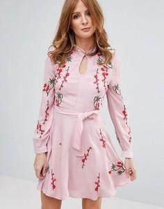 Розовое платье с вышивкой Millie Mackintosh - Розовый