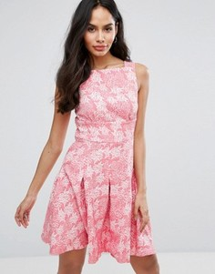 Фактурное короткое приталенное платье Closet London - Розовый