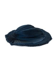 плиссированная шляпа с плоской тульей Issey Miyake