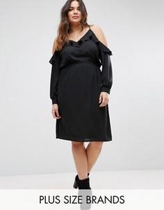 Платье с открытыми плечами и оборками Boohoo Plus - Черный